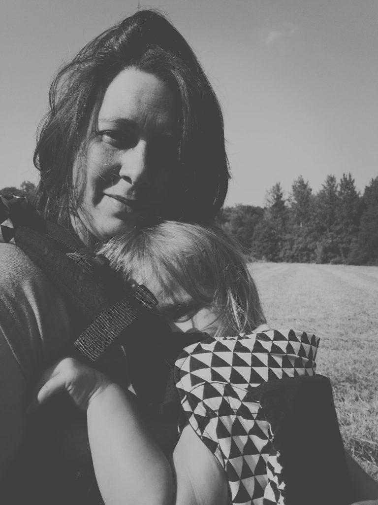 moeder met kind in draagzak
